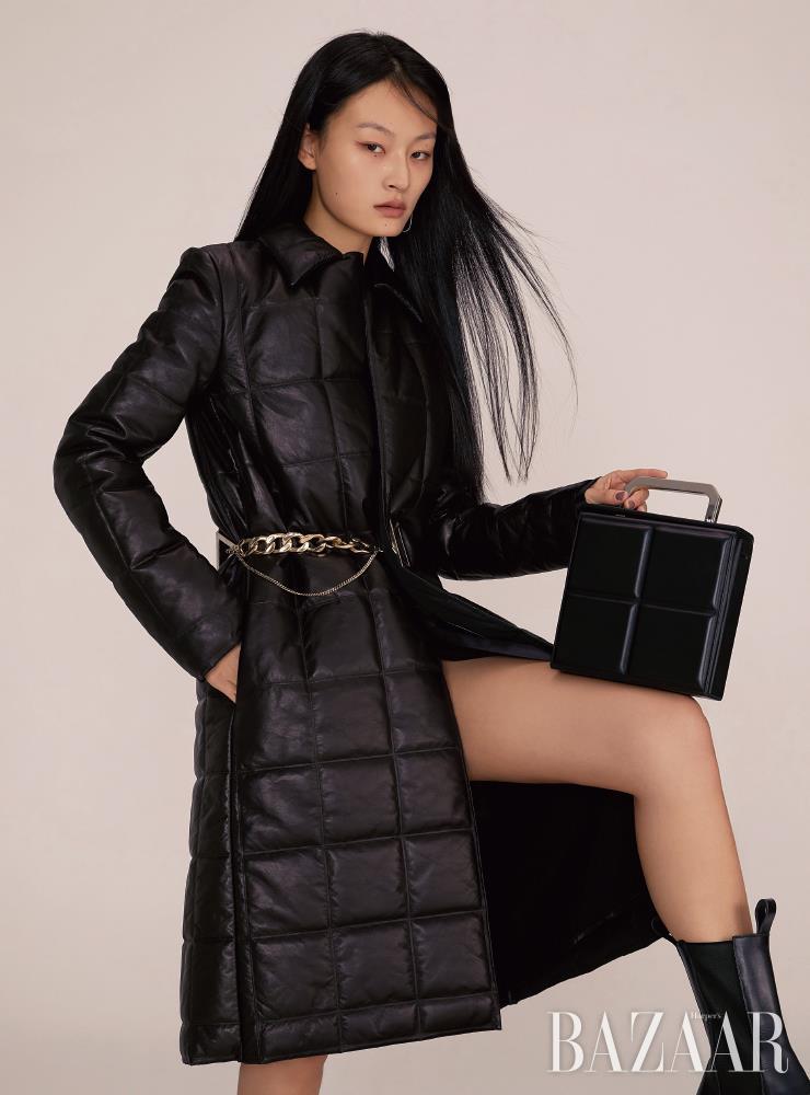 레더 코트는 1천1백15만5천원, 스퀘어 백은 3백43만5천원, 워크 부츠는 가격 미정 모두 Bottega Veneta. 귀고리는 38만원 Beauton.