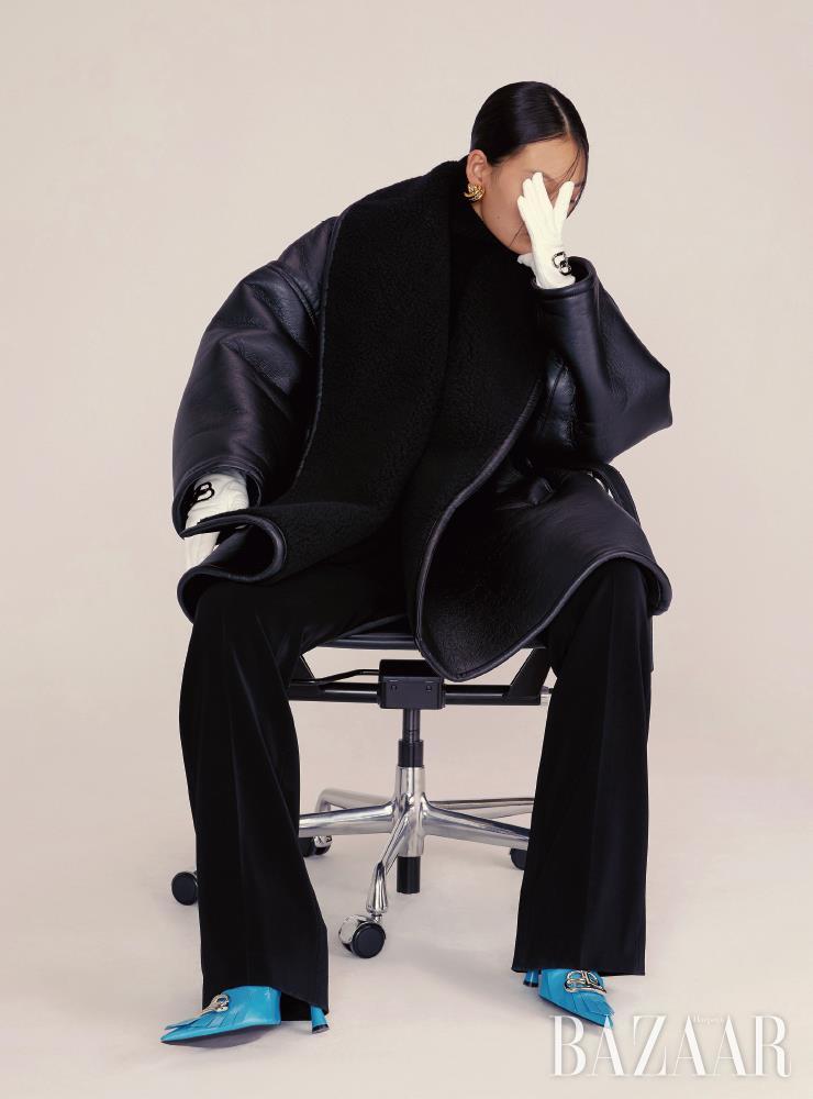 무통 코트, 터틀넥, 팬츠, 귀고리, 앵클부츠는 가격 미정, 레더 장갑은 1백8만원 모두 Balenciaga.