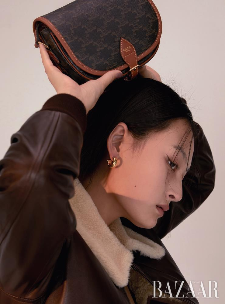 보머 재킷은 2백80만원대 Polo Ralph Lauren, 숄더백은 가격 미정 Celine by Hedi Slimane, 귀고리는 32만원 Jem & Pebbles.