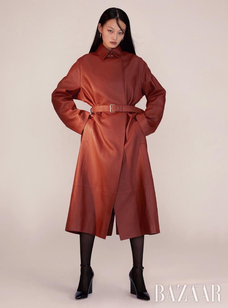 코트는 가격 미정 Hermès, 링 귀고리는 4백만원대 Bvlgari, 웨지 펌프스는 1백1만원 Valentino Garavani, 타이츠는 에디터 소장품.