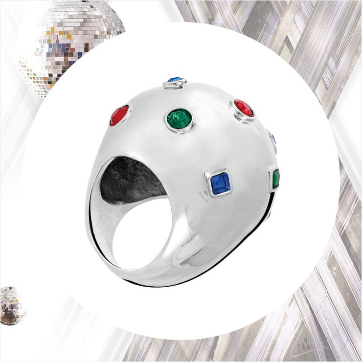세 가지 컬러의 젬스톤 장식을 더한 빈티지 디자인의 반지는 70만원대, Louis Vuitton.