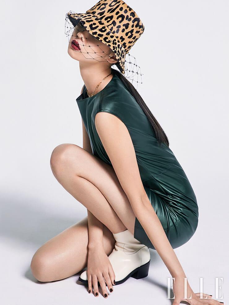 딥 그린 컬러의 미니드레스는 32만9천원, Maxxi J. 레오퍼드 패턴의 버킷 햇은 가격 미정, Dior. 골드 체인 네크리스는 24만8천원, Portrait Report. 화이트 앵클부츠는 가격 미정, Jimmy Choo.