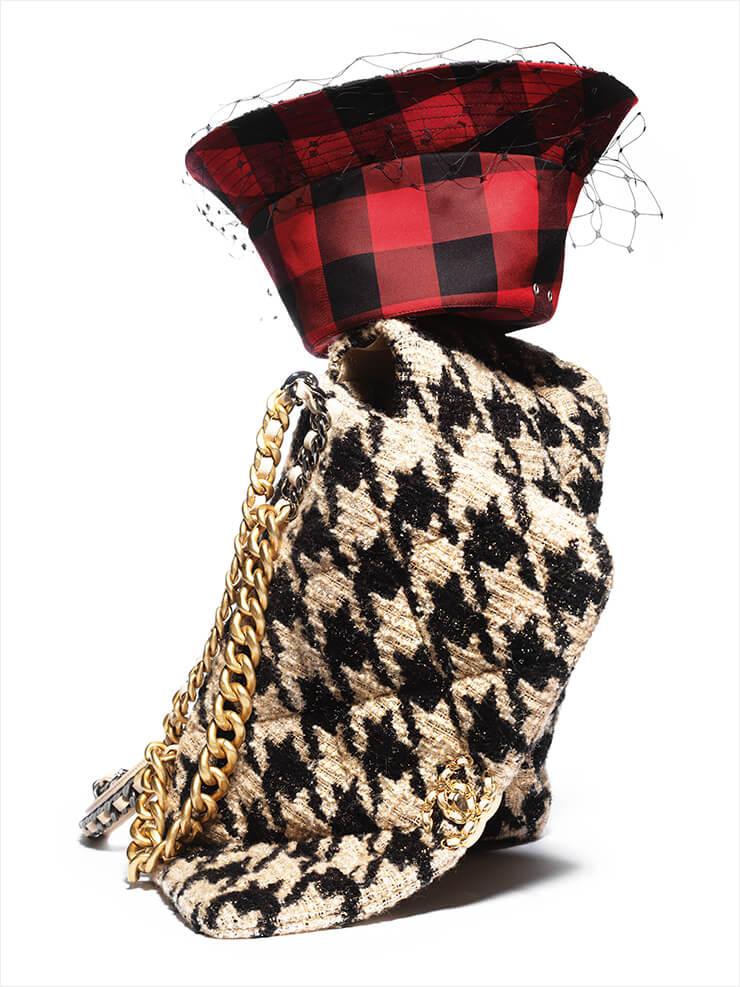 깅엄 체크 패턴의 버킷 햇은 가격 미정, Dior. 트위드 소재의 하운즈투스 체크 패턴의 샤넬 19 라지 플랩 백은 6백35만원, Chanel.