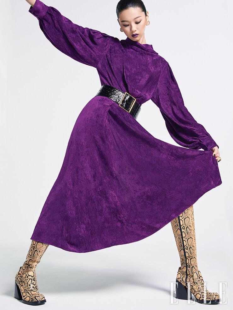 코듀로이 드레스는 1백78만원, Isabel Marant. 와이드 벨트는 가격 미정, Saint Laurent by Anthony Vaccarello. 파이톤 부츠는 가격 미정, Chloé. 볼드한 이어링은 13만원, 1064 Studio. 골드 링은 1백1만5천원, Bottega Veneta.
