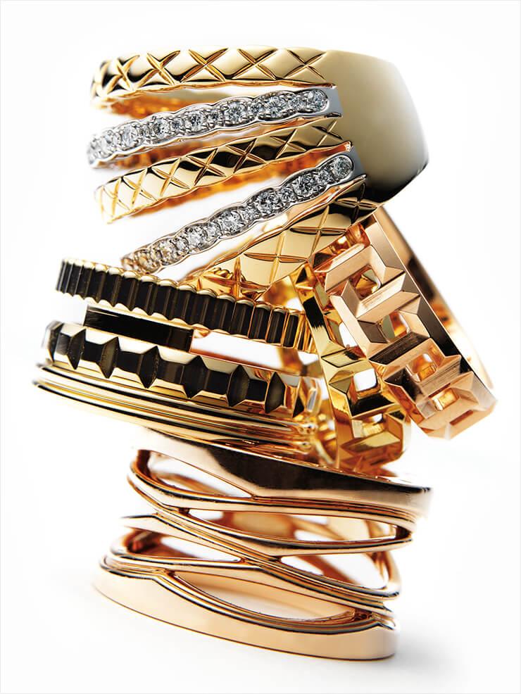 화이트골드와 옐로골드가 번갈아 레이어드된 코코 크러쉬 링은 가격 미정, Chanel Fine Jewelry. ' T'가 견고하게 맞물린 로즈골드와 옐로골드 T 트루 와이드 링은 가격 미정, 모두 Tiffany & Co. 탑을 쌓은 듯한 구조적 형태의 콰트로 레디언트 옐로골드 라지 링은 가격 미정, Boucheron. 섬세한 컷오프 디테일이 매력적인 비제로원 디자인 레전드 링은 가격 미정, Bvlgari.