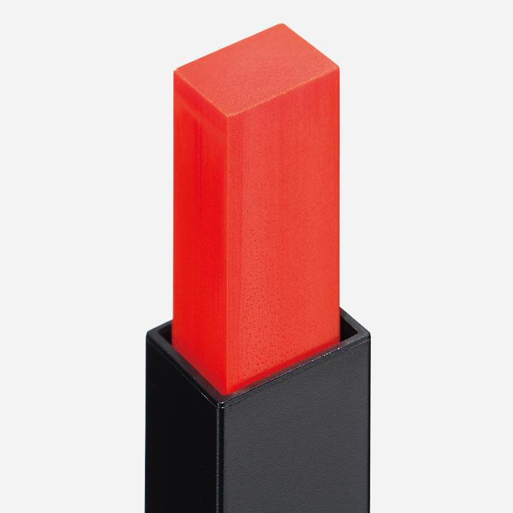 큐브 모양의 사각형 단면으로 입술을 채우기에 적당하다.▶입생로랑 루즈 르 꾸뛰르 슬림 쉬어 마뜨 N°103 오랑쥬 프로보껑 4만7천원대──촉촉한 질감의 립밤을 바르는 것처럼 가볍게 발리고 보송한 매트 피니시로 마무리된다.