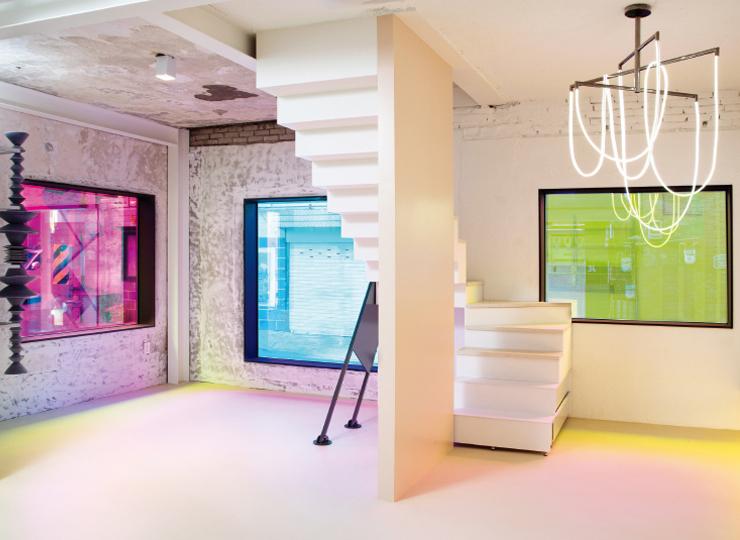 시그너처 재료인 섬유로프를 이용한 엄윤나의 설치 작업 'Pagoda of Invisible Value', 티엘 디자인 스튜디오(TIEL Design Studio)의 샹들리에, 크림색 콘크리트에 투명한 아크릴이 조약돌처럼 박힌 랩크리트(lab.crete)의 계단 상판 등으로 꾸며진 1층 공간.
