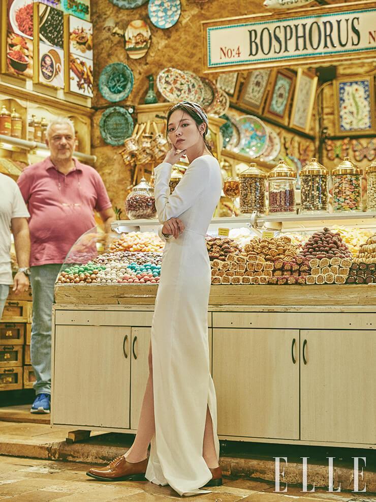 화이트 드레스는 3백90만원, Jaybaek Couture. 옥스퍼드 슈즈는 가격 미정, Church's. 스카프는 35만9천원, Mulberry.