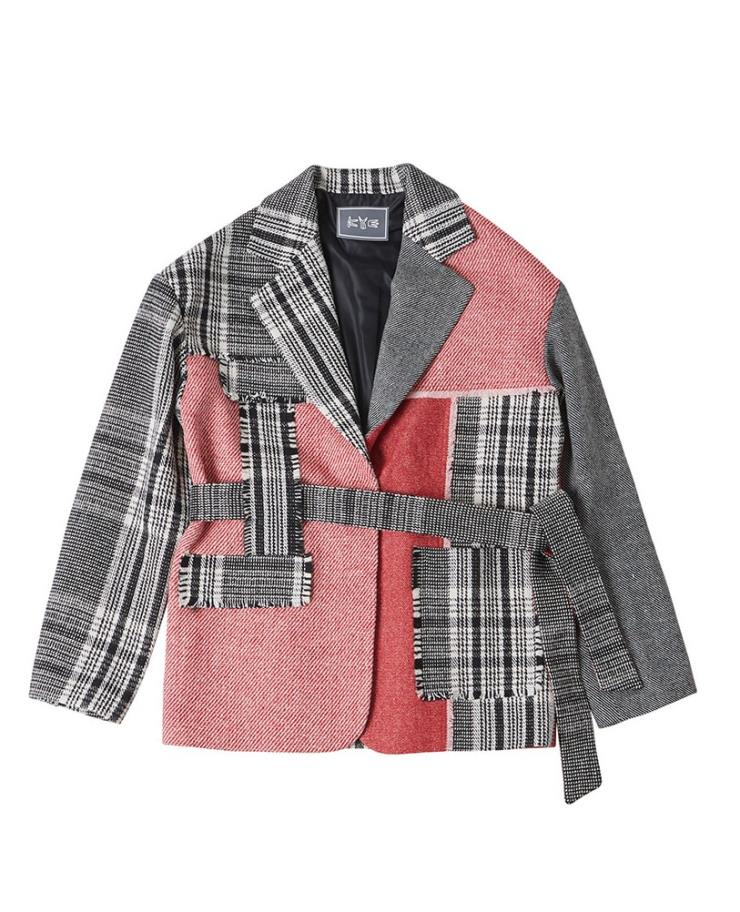 배색 체크 패턴으로 독보적인 존재감의 재킷은 90만 원, Kye