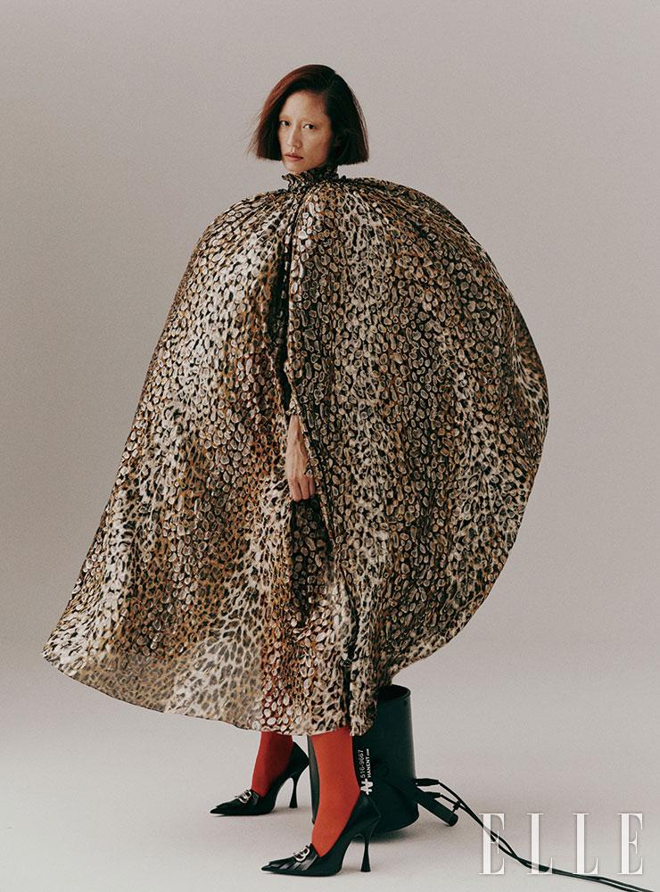 레오퍼드 패턴의 케이프 드레스는 가격 미정, Celine by Hedi Slimane. 조형적인 스틸레토 하이힐은 가격 미정, Balenciaga.