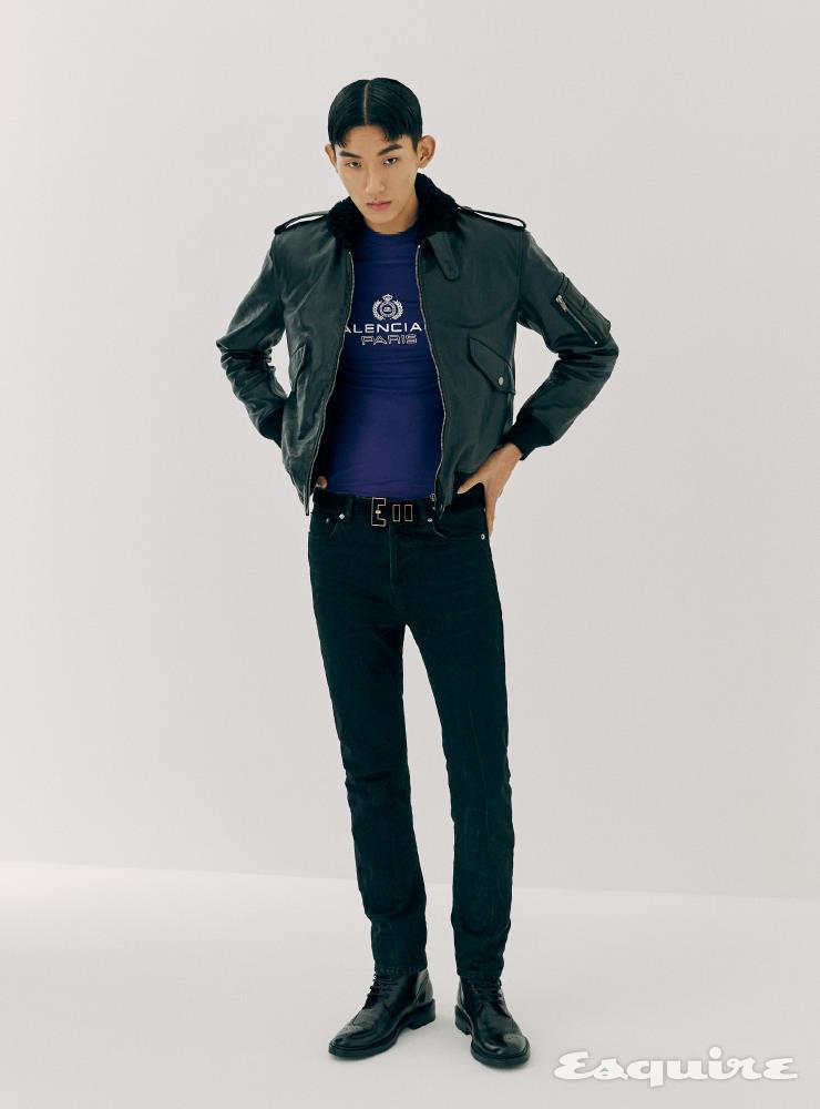 가죽 보머 재킷, 검은색 팬츠, 레이스업 부츠, 스웨이드 벨트 모두 가격 미정 생 로랑 by 안토니 바카렐로. 보라색 티셔츠 가격 미정 발렌시아가.