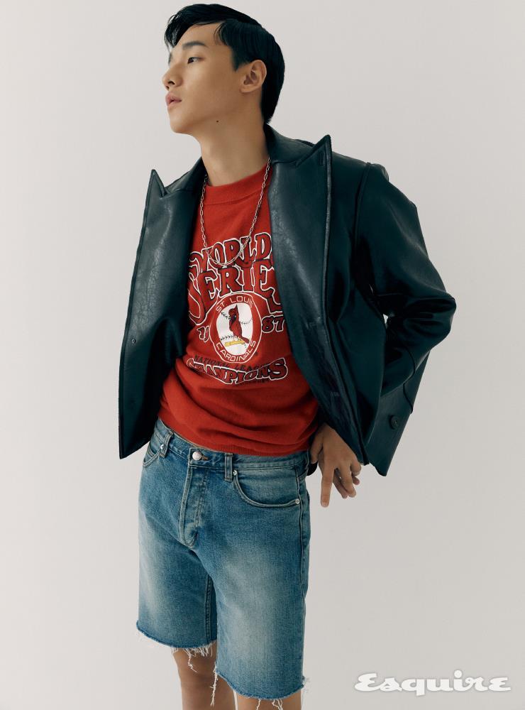 가죽 재킷 132만원 윈도우00. 빨간색 스웨트셔츠 가격 미정 트렌치 MFG. 데님 쇼츠 6만9000원 MNGU. 체인 목걸이 가격 미정 루이비통.