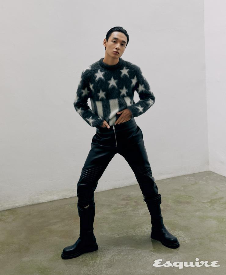 성조기 패턴 스웨터 가격 미정 루이비통. 가죽 팬츠 663만원, 부츠 185만원 모두 보테가 베네타.