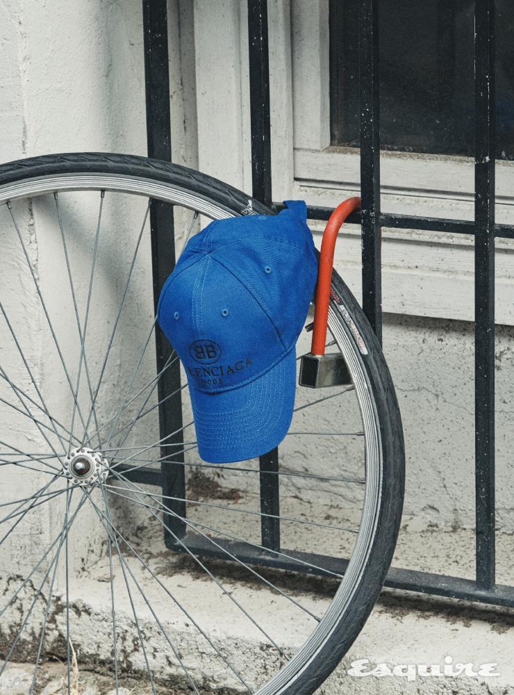 파란색 캡 모자 38만원대 발렌시아가 by 미스터포터.