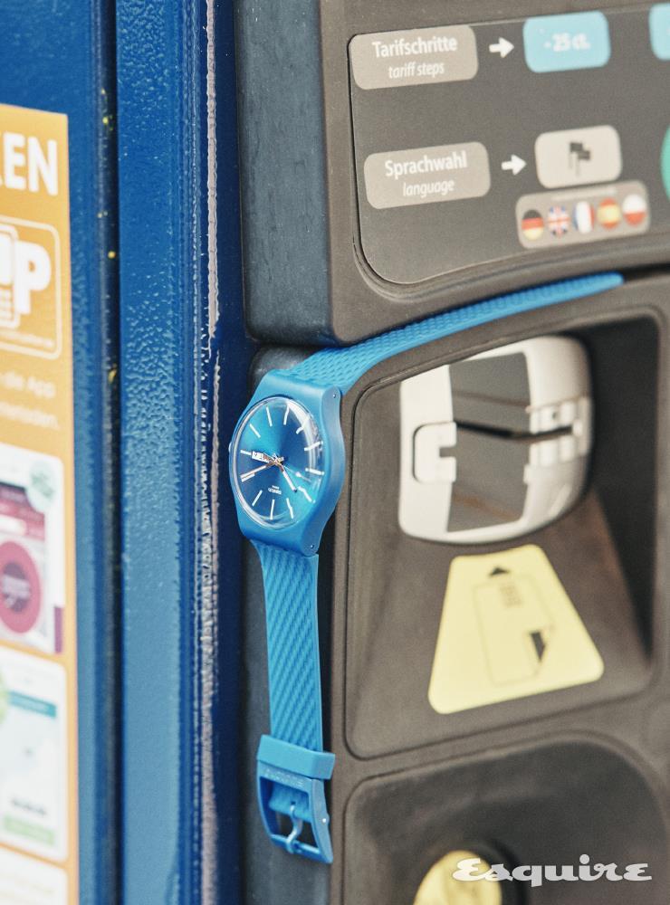 다이얼, 인덱스, 실리콘 스트랩까지 모두 파란색인 손목시계 9만6000원 스와치.