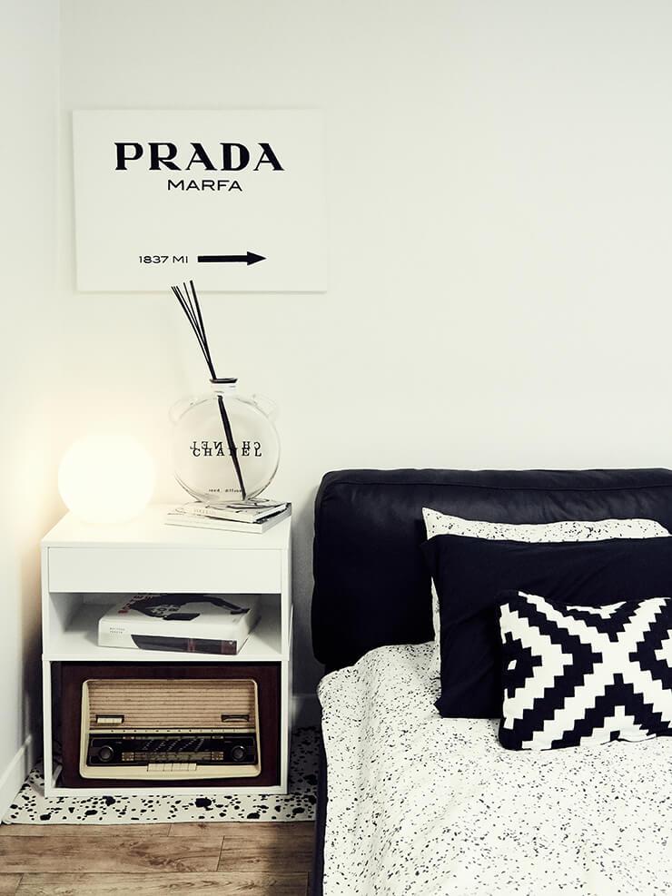 블랙 & 화이트의 컨셉트로 꾸민 침실.