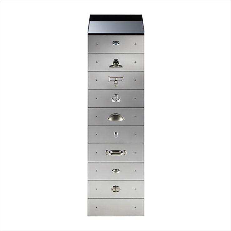 스테인리스스틸과 대비되는 유리 상판 그리고 각각 다른 모양의 손잡이가 공간에 고급스러운 위트를 더하는 'S43-2' 캐비닛. 3백90만원대, Tecta by Hpix.