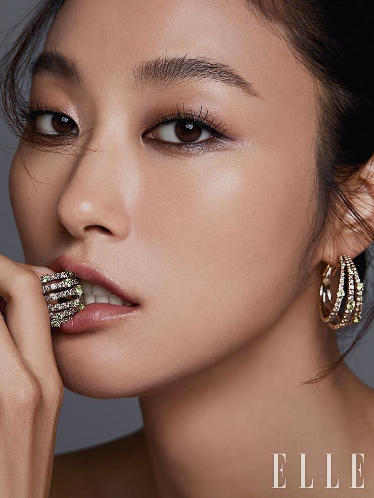 브라운 컬러 다이아몬드와 그린 컬러 페리도트가 어우러진 이어링은 1천7백60만원, 볼드한 링은 1천3백50만원, 모두 Damiani.