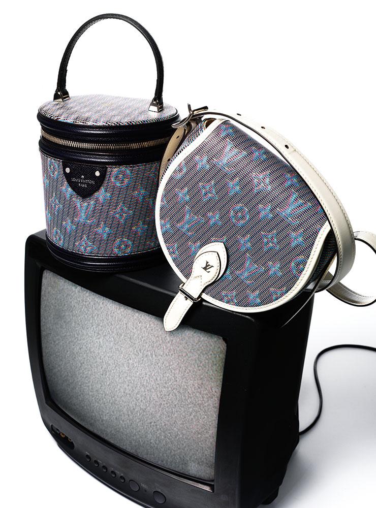원통형의 'LV 팝 블루 모노그램 깐느' 백과 화이트 트리밍의 'LV 팝 블루 모노그램 탬버린' 백은 가격 미정, 모두 Louis Vuitton.