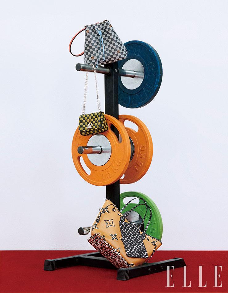 모노톤의 다미에 패턴과 컬러 스트랩이 조화를 이룬 '네오 노에(Ne′o Noe′)' 백, 입체적인 엠보싱 소재의 '트위스트 비비(Twist BB)' 숄더백, 애니멀 패턴이 더해진 '네버풀 MM(Neverfull MM)' 쇼퍼백은 모두 Louis Vuitton.