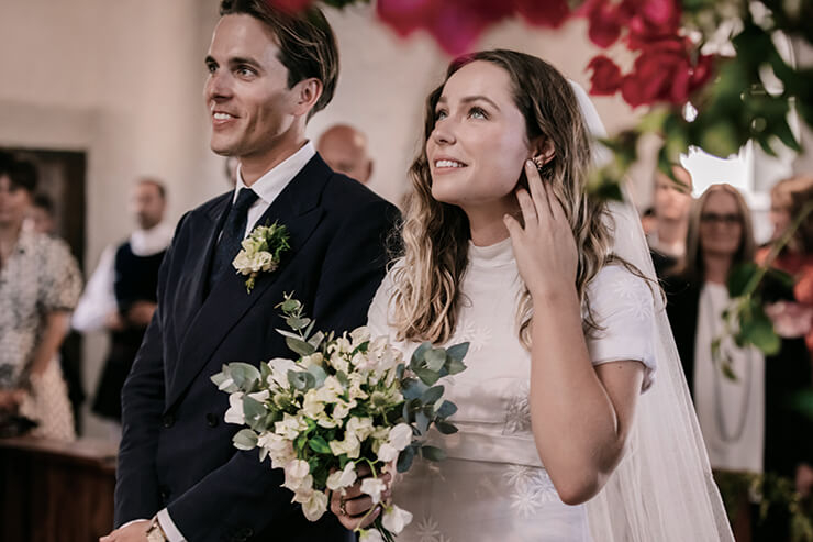 교회에서의 전통 결혼식을 올린 커플.
