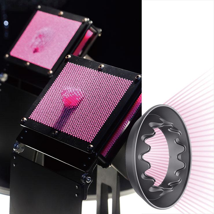 젠틀 드라이 노즐을 장착한 슈퍼소닉™ 헤어드라이어 (왼쪽)가 노즐을 장착하지 않은 쪽(오른쪽)보다 넓은 범위의 부드러운 바람을 분사하는 장면. 덕분에 얇은 모발과 민감한 두피가 보호된다.