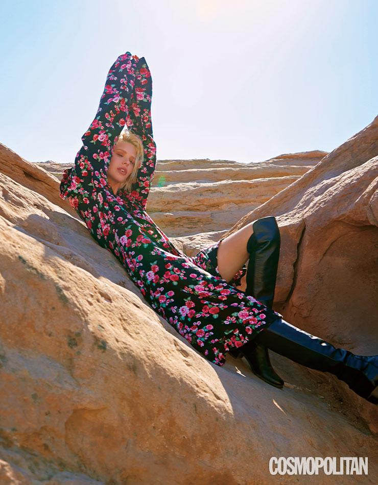 블랙 베이스의 플라워 드레스와 사이하이 부츠는 이번 시즌 다크 로맨스 트렌드를 잘 보여준다.