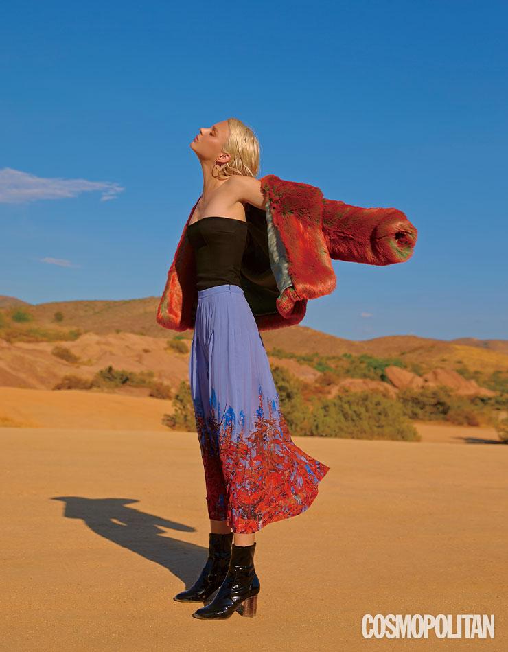 사막의 뜨거운 열기처럼 붉게 물든 퍼 재킷과 플리츠스커트가 강렬한 인상을 준다.