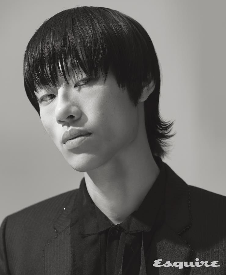 검은색 재킷, 검은색 셔츠 모두 가격 미정 생 로랑 by 안토니 바카렐로.