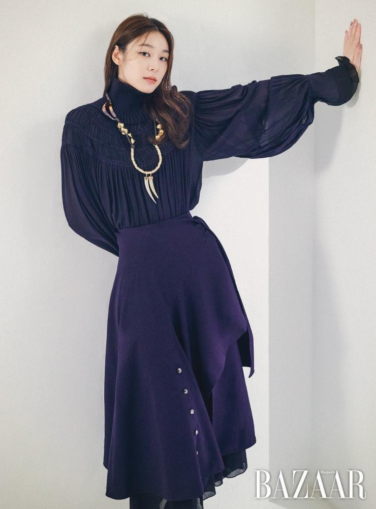 하이넥 롱 드레스, 미디 랩 스커트, 목걸이, 하프 삭스 부츠는 모두 Chloe.