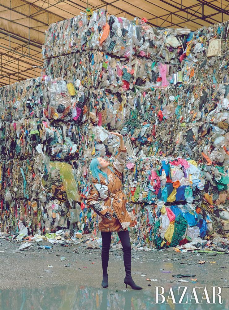 버려진 낙타 털을 업사이클링한 보온재 '카멜룩스'를 내장한 패딩은 4백58만원 MaxMara. 사이하이 부츠는 19만9천원 H&M.