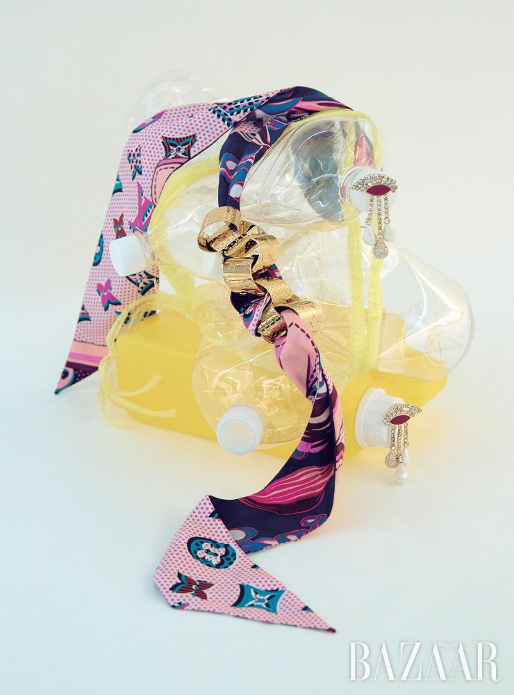 자투리 실크 조각을 활용한 목걸이는 가격 미정 Louis Vuitton. 폐기된 금속 조각으로 만든 눈 모티프 귀고리는 5만9천9백원 H&M.