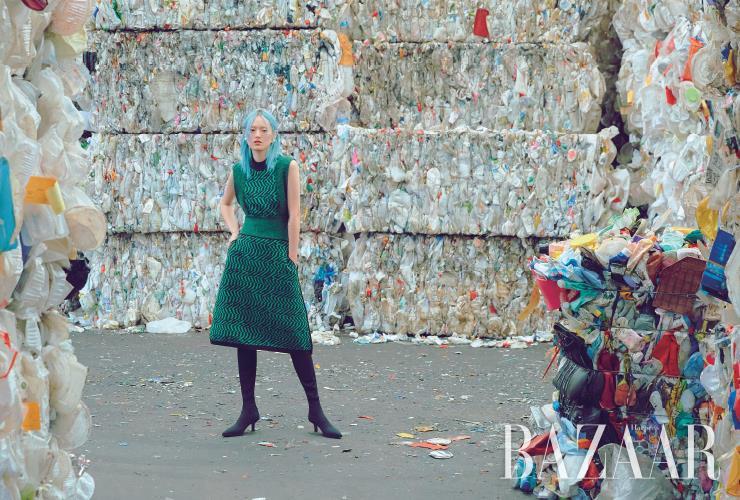 재생 캐시미어로 만든 드레스는 1백97만원 Stella McCartney. 귀고리는 35만원대 Leigh Miller by Net-A-Porter. 재생 폴리에스테르가 혼방된 니트 소재의 사이하이 부츠는 19만9천원 H&m.