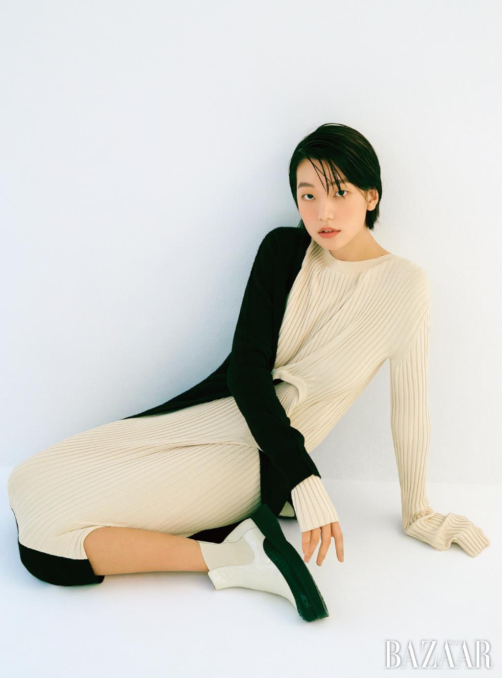 니트 드레스는 Bottega Veneta. 앵클부츠는 Tod's.