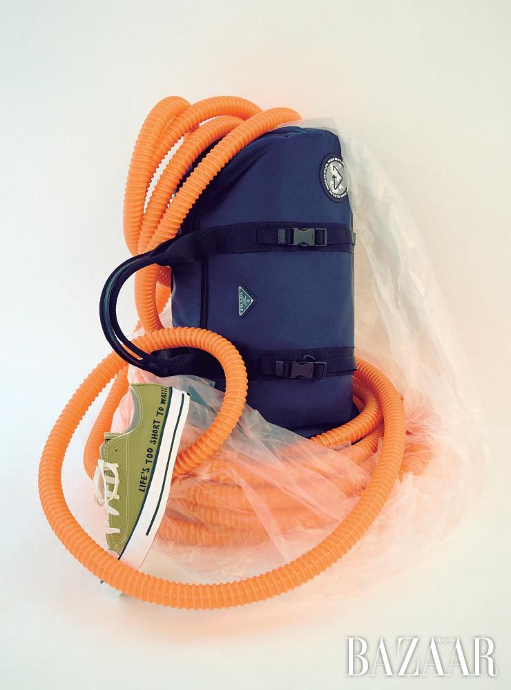 해양 폐기물로 만든 신소재 '에코닐' 가방은 2백13만원 Prada. 폐기 플라스틱에서 탄생한 레터링 스니커즈는 6만9천원 Converse.