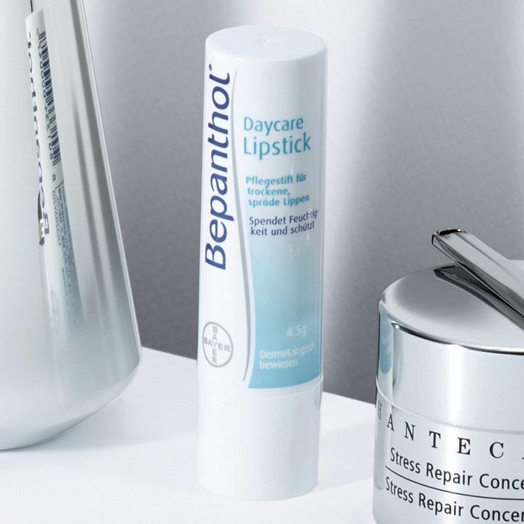 프로비타민 B5 성분이 피부의 수분 장벽을 강화해 건조하고 예민해진 입술을 건강하게 개선해 준다. 피마자씨 오일이 한 번 더 입술에 수분 막을 형성해 윤기를 부여한다. 비판톨 데이케어 립스틱, 1만1천원, Bepanthol.
