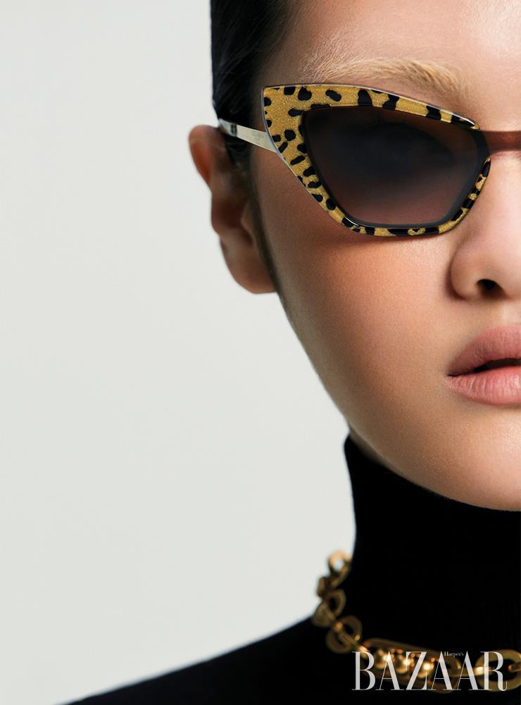 선글라스는 가격 미정 Dolce & Gabbana. 터틀넥은 가격 미정 MaxMara. 체인 목걸이는 56만원 Prada.