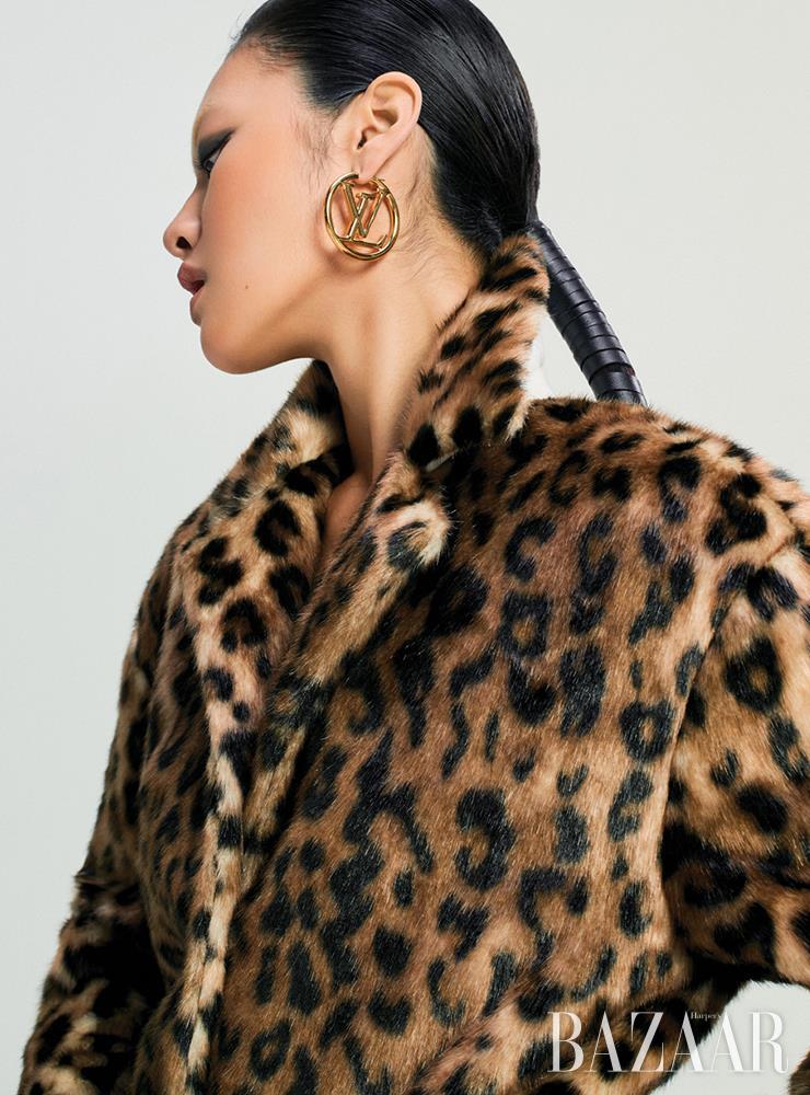 페이크 퍼 코트는 2백25만원 N°21. 로고 포인트 링 귀고리는 가격 미정 Louis Vuitton.