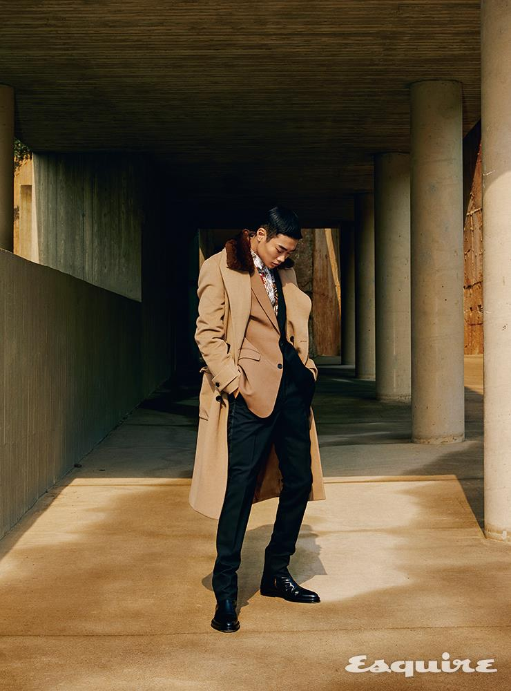 퍼 칼라 코트 745만원, 컬러 블록 재킷 298만원, 프린트 셔츠 149만원, 검은색 팬츠 가격 미정 모두 펜디. 부츠 가격 미정 던힐.