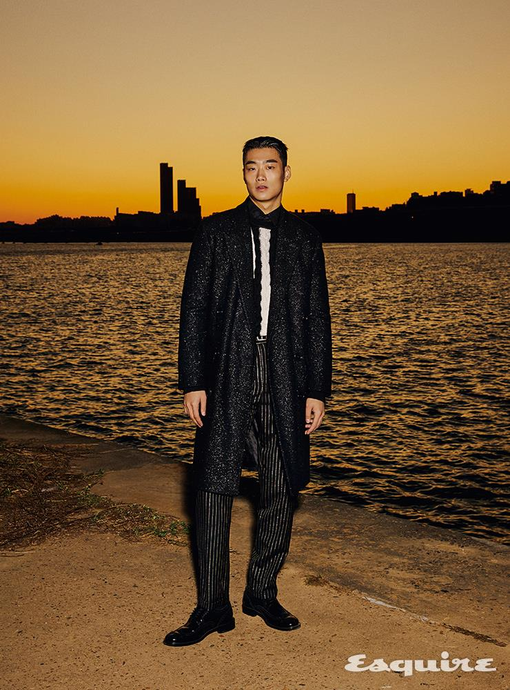 트위드 코트, 스트라이프 패턴 스웨터, 검은색 셔츠, 핀스트라이프 팬츠, 레이스업 슈즈, 벨트 모두 가격 미정 생 로랑 by 안토니 바카렐로.