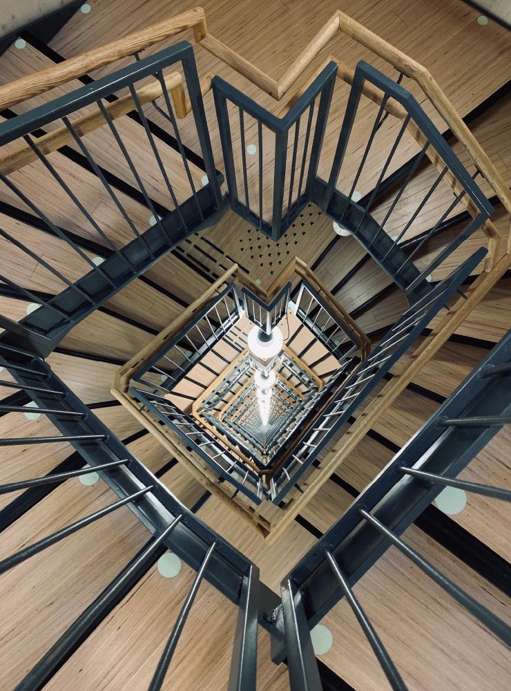 ⓒ Øystein Elgsaas, Voll Arkitekter. 현재 세계에서 가장 높은 목조건축, 노르웨이의 미에스토르네 내부 계단 모습.