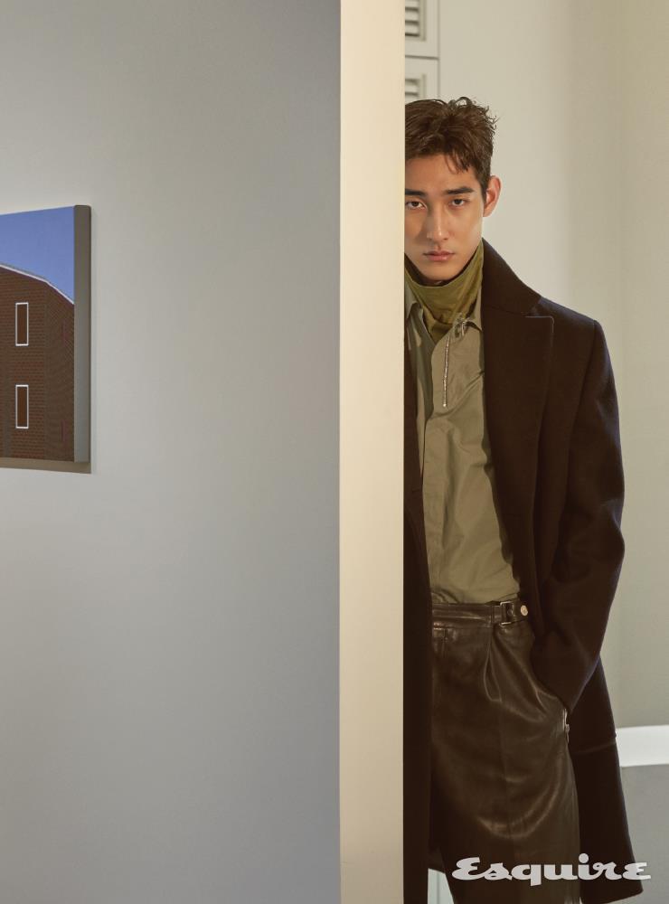 남색 코트, 셔츠, 터틀넥 니트 톱, 가죽 팬츠 모두 가격 미정 에르메스.