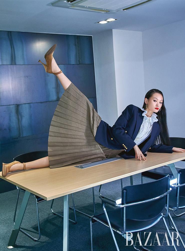 재킷은 Celine by Hedi Slimane. 셔츠, 귀고리는 모두 Louis Vuitton. 스커트는 35만원대 Margaret Howell by Matchsfashion. 스트랩 힐은 1백15만원 Burberry.