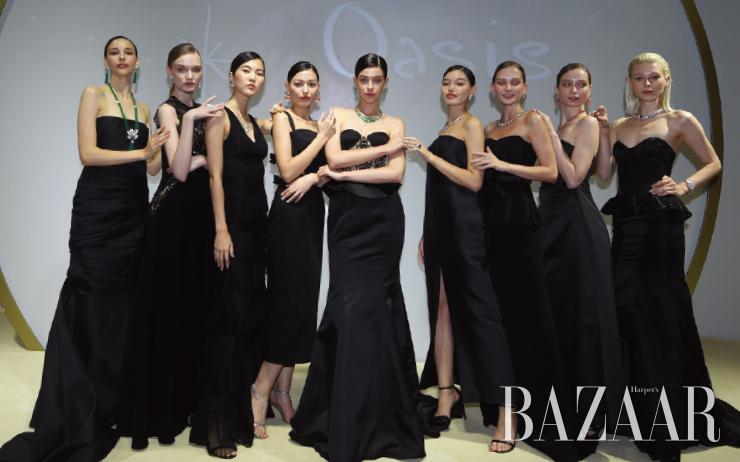 새로운 하이주얼리 컬렉션을 착용하고 매혹적인 캣워크를 선보인 모델들.