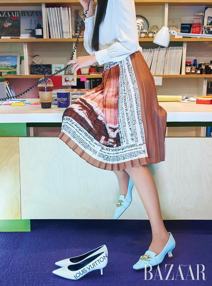 하늘색 펌프스는 1백20만5천원 Bottega Veneta. 화이트 키튼 힐은 Louis Vuitton. 셔츠는 Celine by Hedi Slimane. 스커트는 2백55만원 Burberry.