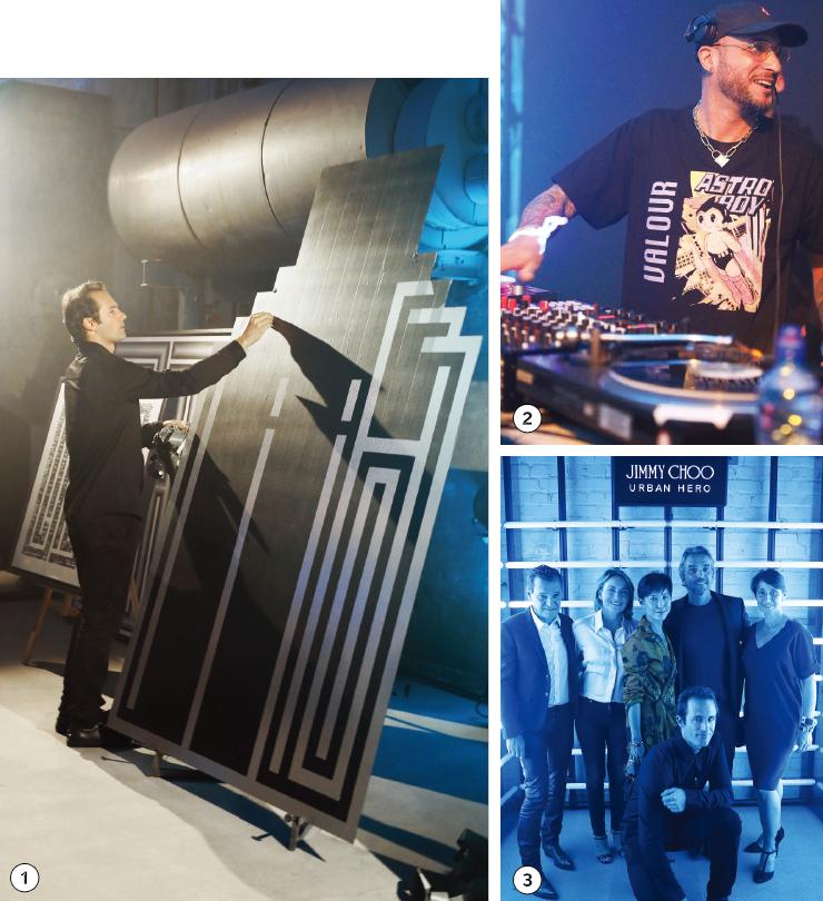 1 어반 히어로 보틀 디자인을 모티프로, 라이브 퍼포먼스를 선보이고 있는 라틀라스. 2 행사 2부에는 DJ가 등장해 분위기를 더욱 고조시켰다. 3 행사에 참여한 사람들과 어반 히어로의 주인공 라틀라스, 지미추의 크리에이티브 디렉터 산드라 초이.