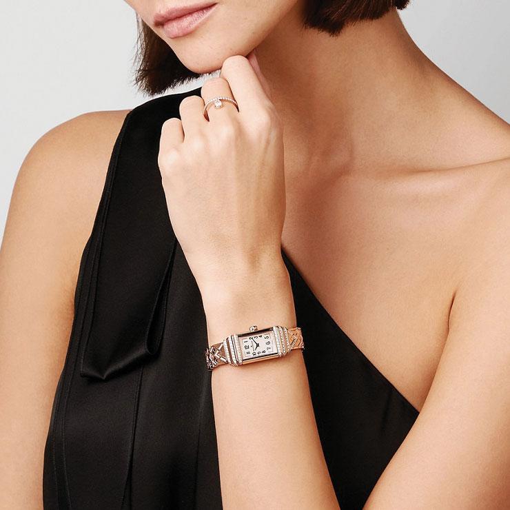골드 워치의 아름다움을 돋보이게 하는 미니멀한 블랙 드레스를 선택할 것.