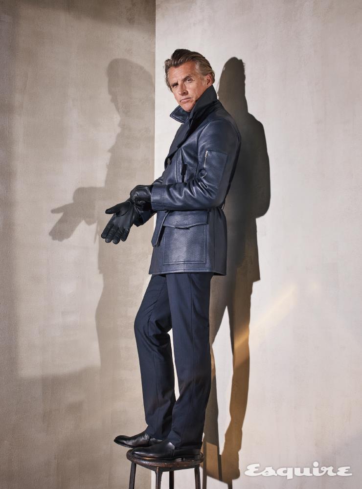 재킷 1만8700달러, 터틀넥 스웨터 1750달러, 팬츠 610달러, 부츠 1225달러 모두 에르메스. 장갑 790달러 톰 포드.
