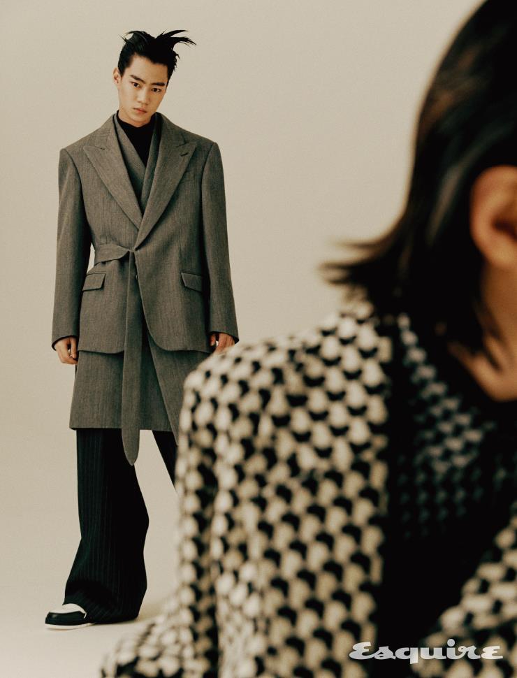 (왼쪽) 더블 레이어 재킷 가격 미정 루이비통. 터틀넥 톱 가격 미정 에르메네질도 제냐 XXX. 스트라이프 팬츠 132만원 구찌. 스니커즈 가격 미정 루이비통. (오른쪽) 재킷, 셔츠 모두 가격 미정 루이비통.