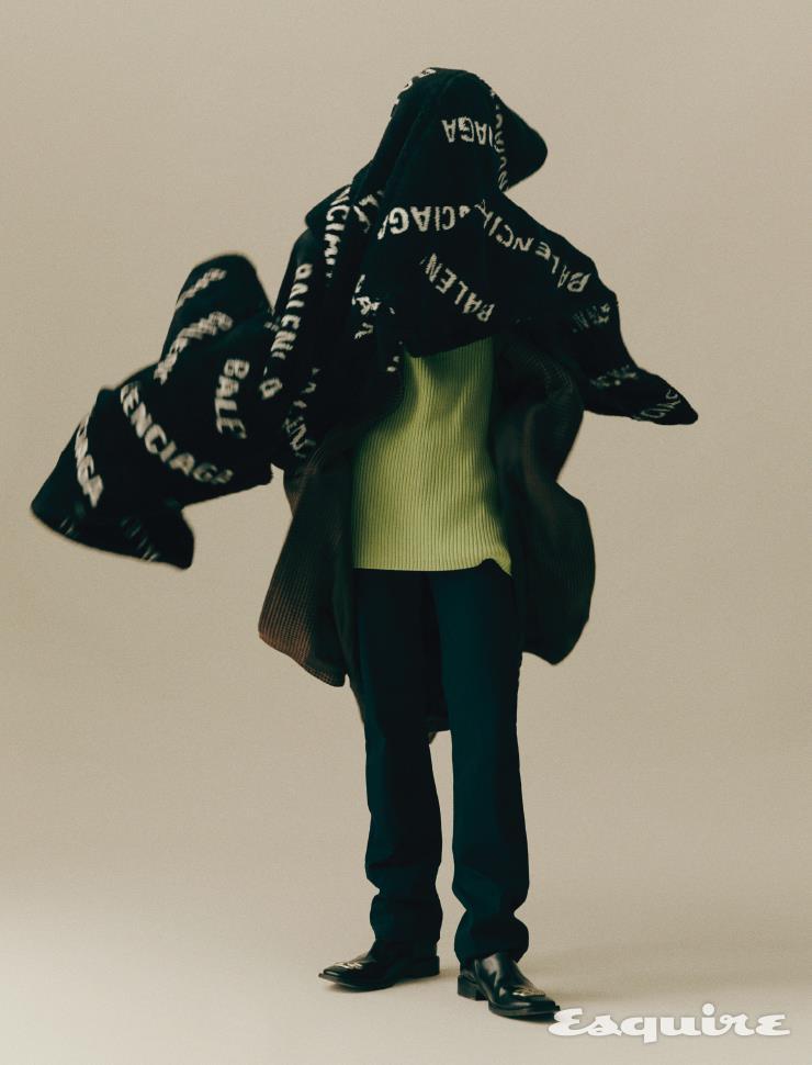 로고 퍼 코트 415만원, 트렌치코트 347만원, 형광색 터틀넥 스웨터 가격 미정, 팬츠 가격 미정, BB 로고 부츠 가격 미정 모두 발렌시아가.